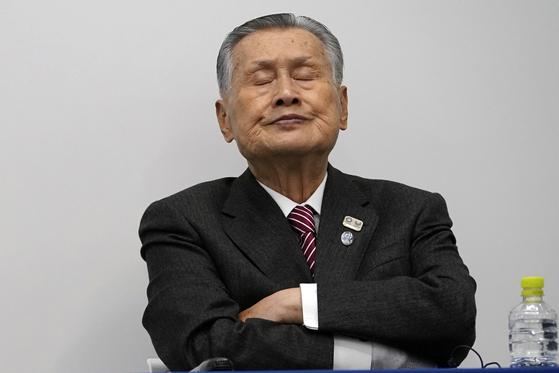 모리 요시로 도쿄올림픽경기조직위 회장이 23일 기자회견을 하고 있다. [AP=연합뉴스]