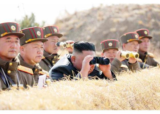 김정은 북한 국무위원장이 20일 서부전선대연합부대의 포사격대항경기를 지도했다고 조선중앙통신이 21일 보도했다. 북한군 참모와 지휘관들이 마스크를 쓰지 않은 채 김 위원장을 수행하고 있다. [연합뉴스]