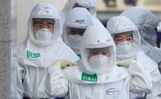 23일 오전 대구시 중구 계명대학교 대구동산병원에서 방호복을 입은 의료진이 병동으로 향하고 있다. 연합뉴스