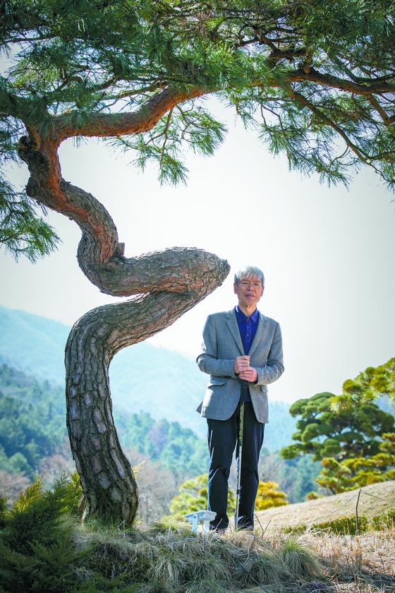 아침고요수목원 한상경 대표. 수목원 '쉼의 언덕'에서 '기적'이라는 이름의 소나무 앞에 섰다. 구릉 지대인 쉼의 언덕은 한 대표가 제일 먼저 조성한 수목원 지역이다. 권혁재 사진전문기자