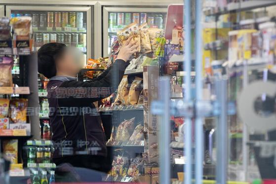 서울의 한 편의점에서 직원이 매대에 상품을 정리하고 있다. 올해 1월1일부터 시간당 최저임금은 8590원으로 지난해 8350원 보다 2.9% 올랐다. 뉴스1