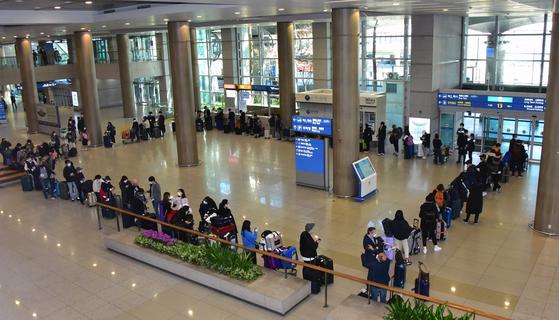 유럽에서 국내로 들어오는 입국자에 대한 검역 절차가 강화된 22일 오후 인천국제공항 1터미널에서 독일 프랑크푸르트발 여객기를 타고 입국한 승객들이 진단 검사를 받기 위해 이동하고 있다. 연합뉴스