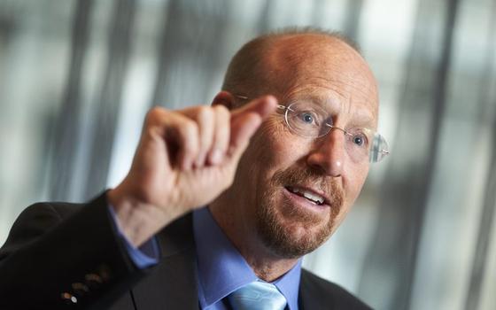 """스위스 국제경제대학원 리처드 볼드윈 교수는 """"각국 정부가 예금보호처럼 일자리를 보장해야 코로나19 두려움이 사라진다""""고 주문했다."""
