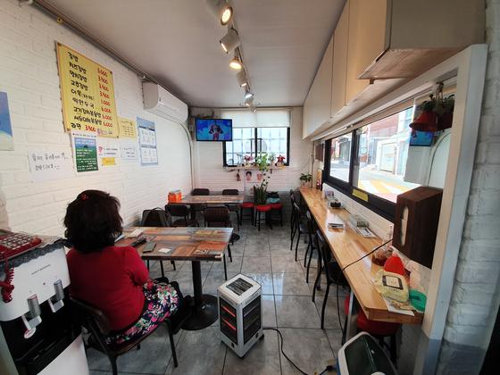 지난 20일 오후 서울 종로구 사직동의 한 분식집. 손님이 한 명도 없다. 이가람 기자
