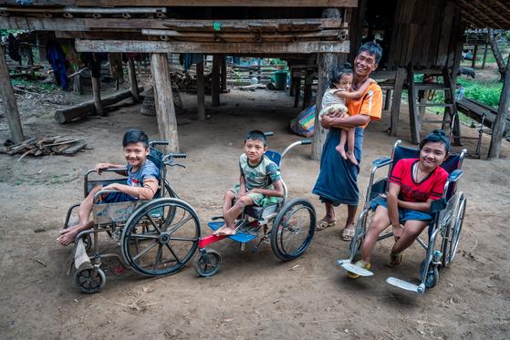 태국 국경 지대 밀림지역, 카렌족인 에이파(맨 오른쪽)와 가족들. 두 번째 만남 당시. [사진 허호]