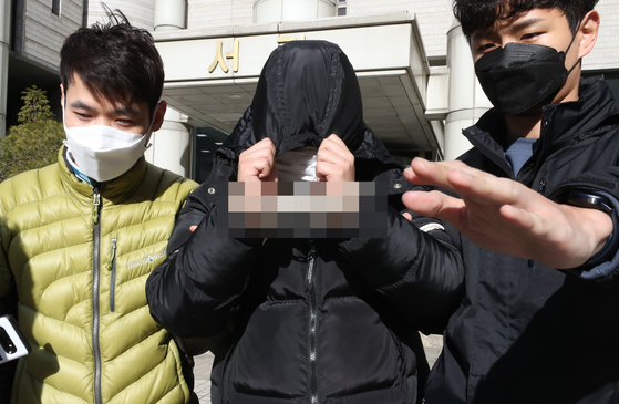 19일 텔레그램 석착취 'n번방' 사건의 주요 피의자 조 모씨(별명 박사)가 서울중앙지법에서 구속 심사를 마친 뒤 이동하고 있다. [연합뉴스]