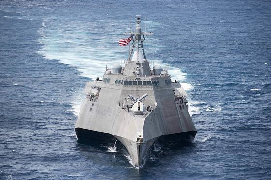 코로나19 확진자가 나온 미국 해군의 연안전투함인 콜로라도함(LCS 4). 스텔스 설계를 적용한 이 전투함은 미국이 인도태평양 전략에 따라 태평양에 배치해 중국을 견제하는 임무를 맡고 있다. [사진 해군]