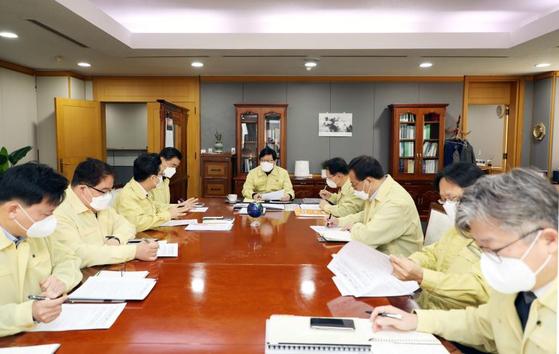 한국지역난방공사 황창화 사장 주재로 열린 비상대책본부 회의. 한국지역난방공사 제공=연합뉴스