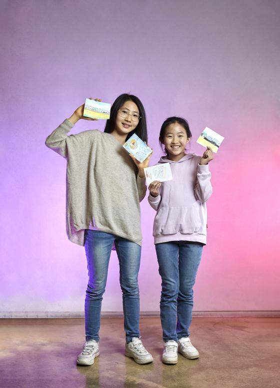 안효빈(왼쪽) 학생모델·박수연 학생기자가 리모 김현길 작가에게 드로잉을 배워봤다.
