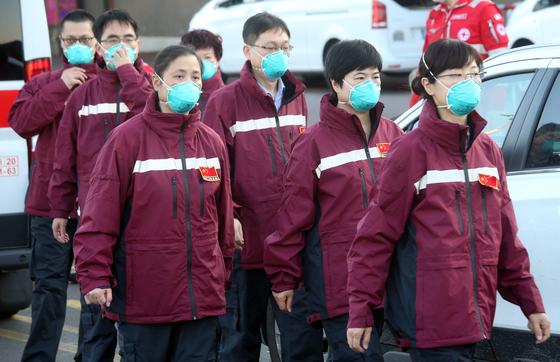 """시진핑 중국 주석이 주세페 콘테 이탈리아 총리에게 """"건강실크로드를 만들 것""""이라며 지원을 약속한 이틀 뒤인 지난 18일 중국 중환자실(ICU) 의료진이 밀라노 공항에 도착했다.[EPA=연합뉴스]"""