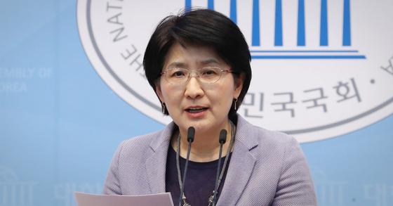 박주현 민생당 공동대표가 23일 오후 서울 여의도 국회 소통관에서 공동대표직을 내려놓는다고 밝히고 있다. 연합뉴스