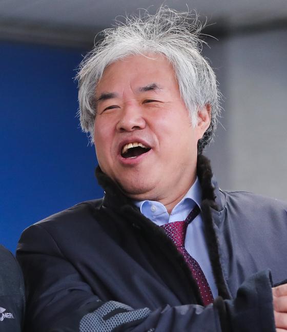 공직선거법 위반 혐의를 받고 있는 전광훈 목사(한국기독교총연합회 대표회장)가 지난 3월 4일 서울 종로경찰서에서 검찰로 송치되고 있다. 뉴스1
