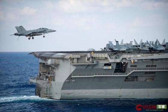 미 해군의 루스벨트 항모는 지난 15일부터 18일까지 강습상륙함인 아메리카함과 함께 남중국해에서 합동 훈련을 벌여 중국을 압박했다. [중국 환구망 캡처]