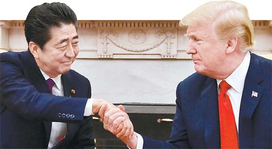 아베 총리와 트럼프 미 대통령의 개인적 신뢰가 미국과 일본은 뜨거운 밀월관계로 이어지고 있다는 평가가 나온다. 사진은 2018년 6월 미국 백악관에서 만난 두 정상.[중앙포토]