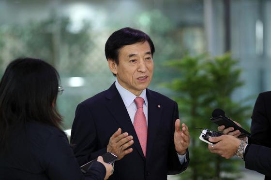 이주열 한국은행 총재가 20일 기자들과 만나 한미 통화스와프 체결의 배경과 의미에 대해 설명하고 있다. 한국은행 제공