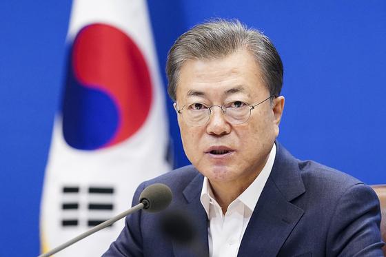 문재인 대통령이 19일 청와대 본관에서 열린 제1차 비상경제회의에서 발언을 하고 있다. (청와대 제공) [뉴스1]
