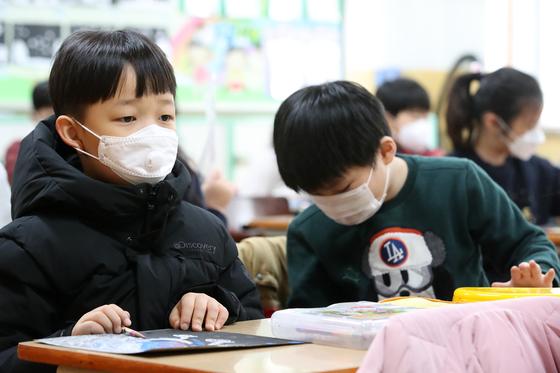 지난 1월28일 대구의 한 초등학교 교실에서 학생들이 마스크를 쓰고 교실에 앉아 있다. [뉴스1]