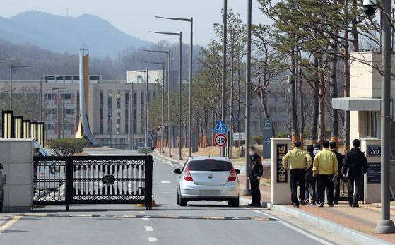 23일 오전 충북 진천군 법무연수원에 승용차가 들어서고 있다. 유럽발 입국자 임시생활시설로 지정된 이곳에는 전날 무증상 유럽 입국자 324명이 입소했다. 연합뉴스