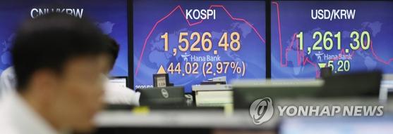 코스피가 반등세로 출발한 24일 오전 서울 중구 을지로 하나은행 딜링룸에서 직원들이 업무를 보고 있다. 연합뉴스
