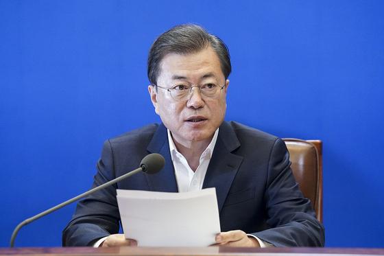 문재인 대통령이 24일 청와대에서 열린 제2차 비상경제회의에서 발언을 하고 있다. (청와대 제공) 뉴스1