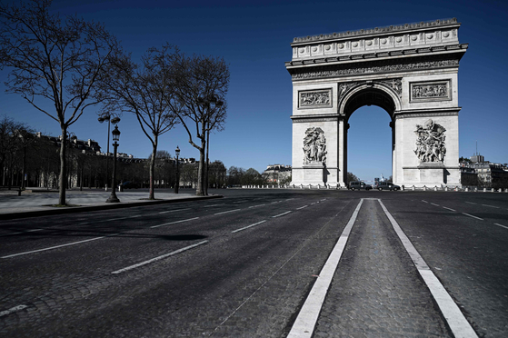 지난 23일 프랑스 파리의 관광명소인 개선문 앞이 텅 비어있다. 하늘은 유난히 파랗다. [AFP=연합뉴스]