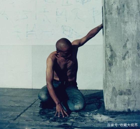 2003년 작품 〈포주지신(抱柱之信)〉 [출처 바이자하오]