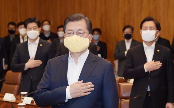 문재인 대통령이 24일 청와대에서 코로나19 관련 2차 비상경제회의에 앞서 국기에 경례하고 있다. 연합뉴스
