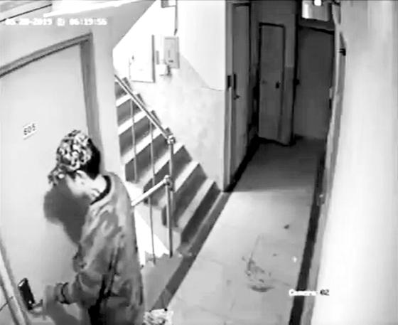 서울 관악경찰서는 지난해 5월 29일 오전 7시15분쯤 '강간미수 동영상' 속 남성 A씨(30)를 주거침입 혐의로 긴급체포했다. A씨의 범행은 지난해 5월 28일 유튜브에 '신림동 강간범 영상 공개합니다'라는 제목의 폐쇄회로 영상이 공개되면서 알려졌다.(유튜브 영상 캡처) 2019.5.29/뉴스1
