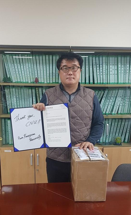 이일재 학장(동북아대학 및 인문사회과학대학)이 중국수도사범대학에서 보내온 마스크와 감사의 인사를 전할 편지를 들고 있다.