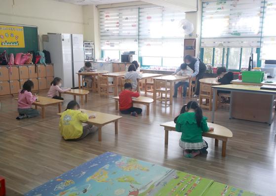지난 20일 오전 서울 마포구 동교초등학교에서 운영중인 긴급돌봄교실에서 학생들이 서로 떨어진 채 학습을 하고 있다. 뉴스1
