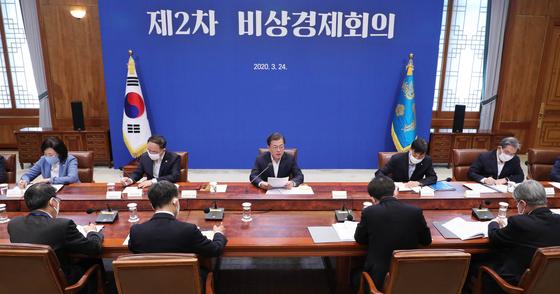 문재인 대통령이 24일 청와대에서 코로나19 관련 2차 비상경제회의를 주재하고 있다. 청와대사진기자단