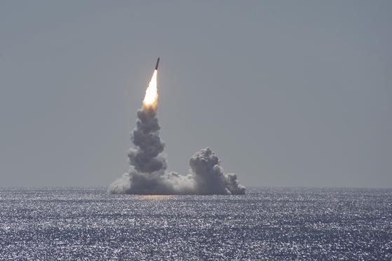 지난 12일 미국 캘리포니아 샌디에이고 앞바다에서 오하이오급 전략핵잠수함 메인함이 잠수함발사탄도미사일(SLBM) 트라이던트2를 시험 발사하고 있다. [뉴스1]