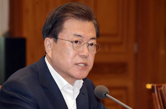 문재인 대통령이 24일 청와대에서 열린 신종 코로나바이러스 감염증(코로나19) 관련 제2차 비상경제회의에 참석해 발언하고 있다. 뉴시스