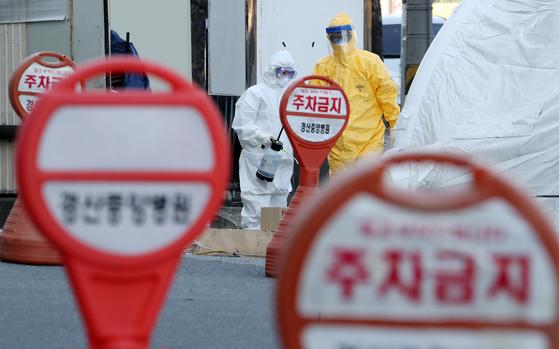 지난 6일 오후 경북 경산시 경산중앙병원 선별진료소에서 의료진이 신종 코로나바이러스 감염증(코로나19) 의심환자 검사작업을 하고 있다. 연합뉴스