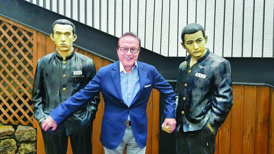 신영균씨가 제주신영영화박물관 입구에 있는 영화 '친구'(2001)의 주연 장동건·유오성 모형과 함께 서 있다. 김경희 기자