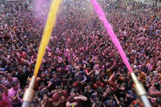 인도 정부가 나서면서 일부 행사는 취소됐지만, 일부 지역에서는 힌두교 관련 행사가 여전히 진행되고 있다. 사진은 지난 10일 열린 홀리 축제를 즐기는 인파로 가득찬 인도의 아흐메다바드의 스와미나라 얀 사원. 홀리 축제는 겨울이 끝나고 봄이 시작됐음을 축하하는 힌두교의 봄맞이 축제다. [AP=연합뉴스]