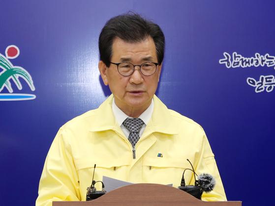 이시종 충북지사가 23일 코로나19 관련 브리핑을 하고 있다. 연합뉴스