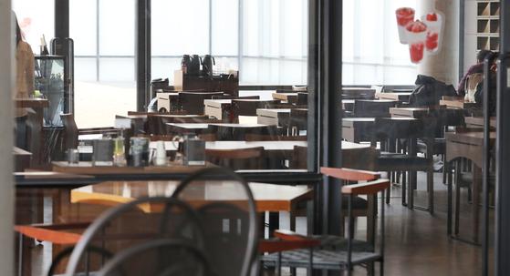 사람들이 외출을 꺼리면서 식음료업계가 코로나19로 직격탄을 맞았다. 서울 시내의 한 프랜차이즈 카페가 찾아오는 손님이 없어 한산한 모습을 보이고 있다. [뉴스1]