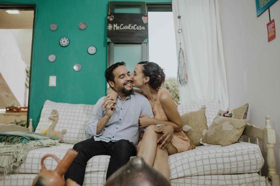 신종 코로나 사태로 인해 온라인으로 결혼식을 올린 아르헨티나의 디에고 아스피티아(왼쪽)와 소피아 쿠기노 커플. 전국민 의무 격리 조치로 인해 하객도, 주례도 모두 온라인으로 연결했다. [AFP=연합뉴스]