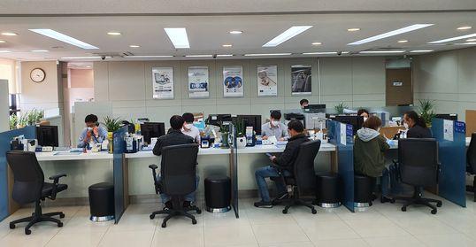 20일 기업은행 동대문지점의 기업영업 담당 창구를 찾은 소상공인과 자영업자들. 정용환 기자