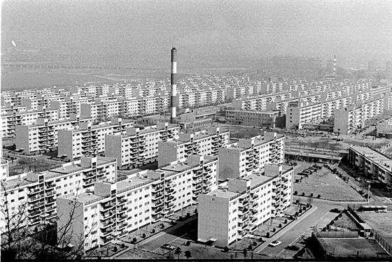 1973년 준공된지 얼마 지나지 않아 촬영된 서울 반포주공1단지 전경. [중앙포토]