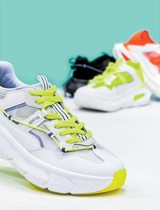'바운서 2.0' 상품은 3중 쿠셔닝을 적용해 걷거나 뛸 때 편안함과 함께 우수한 탄력감을 경험할 수 있다. 쿠셔닝과 패션성을 겸비한 청키 스니커즈 스타일이다. [사진 삼성물산]