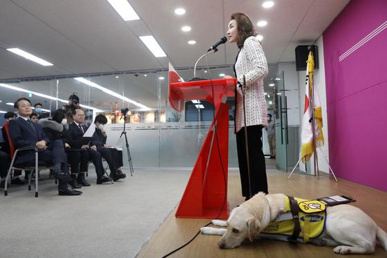 미래한국당 첫 영입인재 시각장애인 피아니스트 김예지 씨가 지난 11일 오후 서울 영등포구 미래한국당 당사에서 열린 영입인재 발표 및 환영식에서 인사말을 하고 있다. 김 씨의 안내견 이름은 '조이'다. 뉴스1