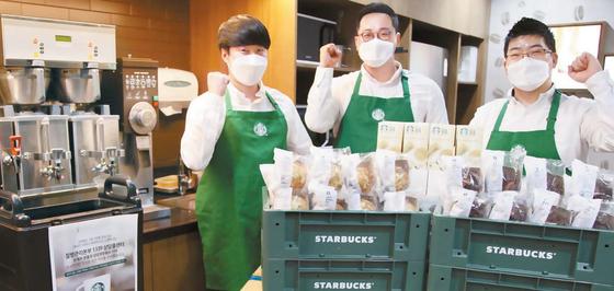 질병관리본부 1339 콜센터에 전달할 커피를 준비하는 스타벅스 파트너들이 주먹을 불끈 쥐고 파이팅을 외치고 있다. [사진 스타벅스커피 코리아]