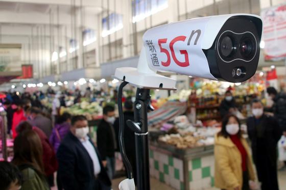 지난달 20일 중국 장쑤성 쑤저우시의 한 시장에 5G 카메라가 설치돼 있다.[로이터=연합뉴스]