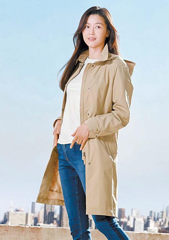 배우 전지현이 캐주얼한 이지룩과 함께 엘린 코트를 입은 모습. 트렌치코트 스타일로 봄철 데일리 아우터로 제격이다. [사진 네파]