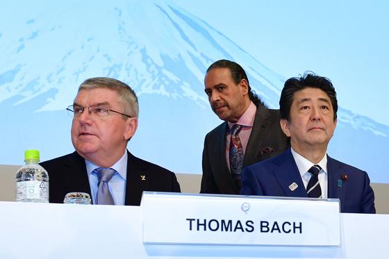 2018년 도쿄에서 열린 국제올림픽위원회(IOC) 총회에 참석한 토마스 바흐 IOC 위원장(왼쪽)과 아베 신조 일본 총리(오른쪽). AFP=연합뉴스