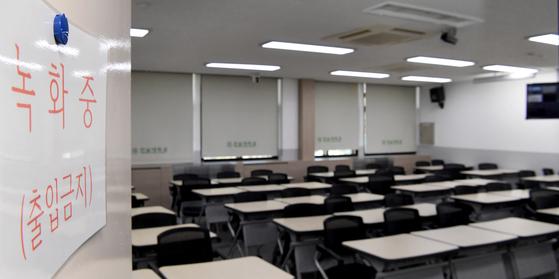 대학들이 신종 코로나바이러스 감염증(코로나19) 확산 방지를 위해 온라인 수업을 진행하고 있는 가운데, 한 대학 강의실이 텅 비어있다. [뉴시스]
