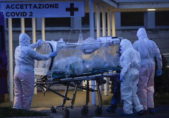 이탈리아 로마의 한 병원에서 16일(현지시간) 신종 코로나바이러스 감염증(코로나19) 환자가 음압형 들것에 실려 옮겨지고 있다. [AP=연합뉴스]