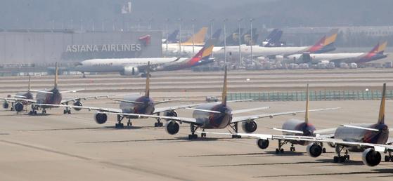 24일 인천국제공항 주기장에 아시아나항공 여객기들이 멈춰 서 있다. 연합뉴스